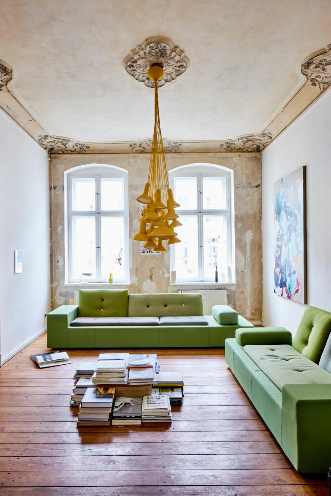 Gröna sofforna Polder av Hella Jongerius för Vitra i vardagsrummet i Berlin