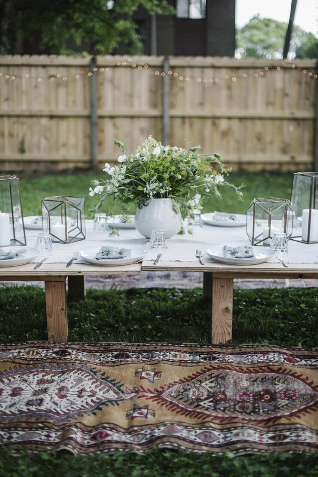 Duka lågt med ett lågt bord och mattor