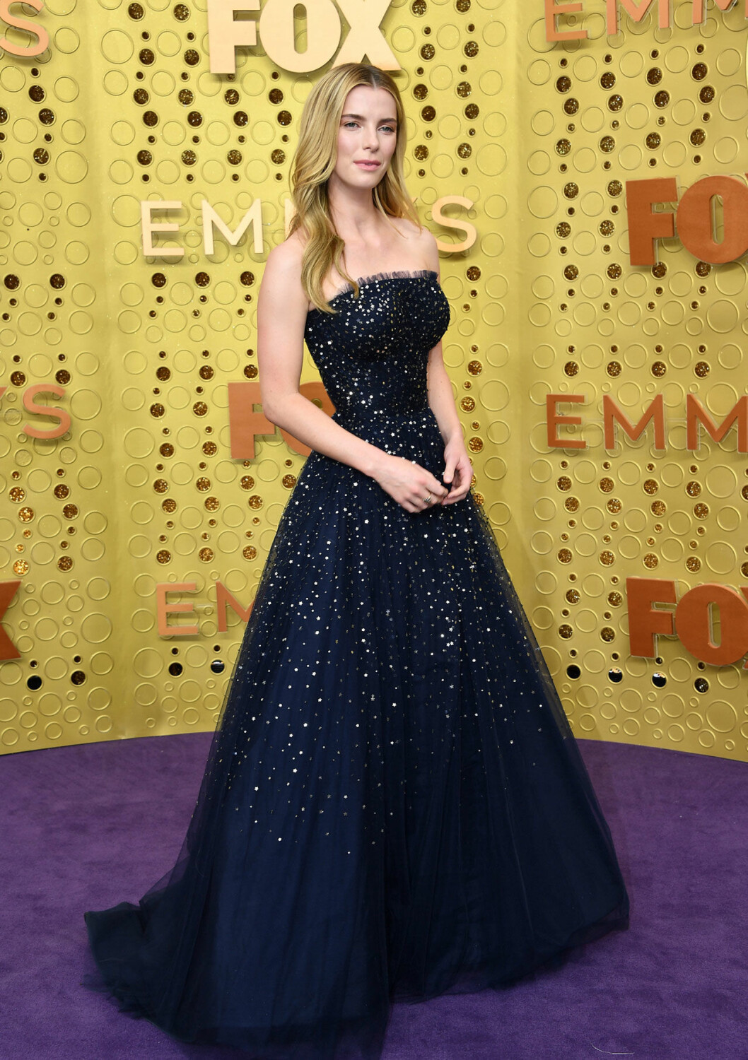 Betty Gilpin på röda mattan på Emmy Awards 2019