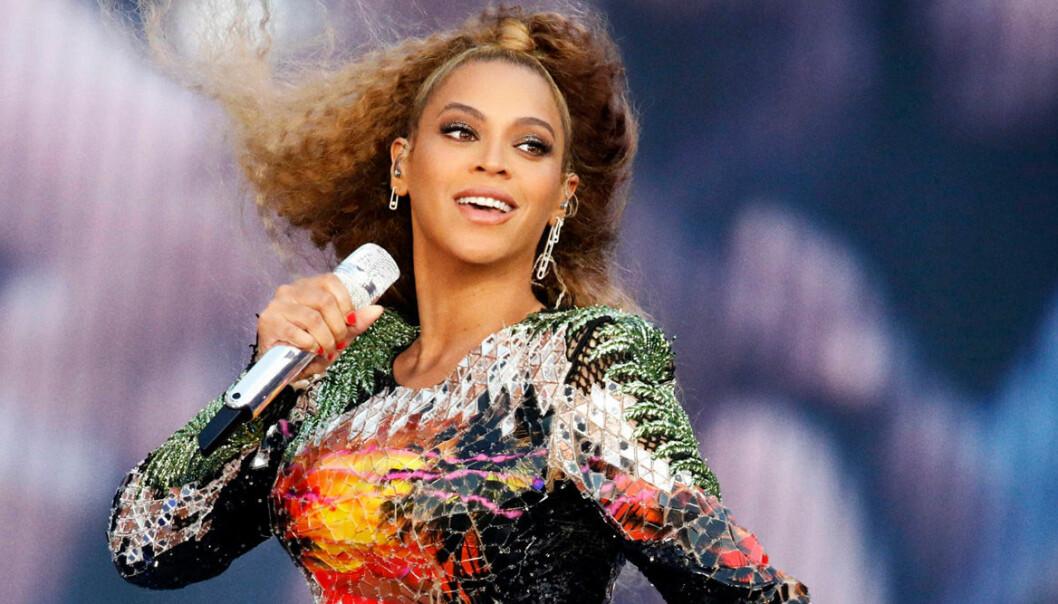 Beyoncé sjunger och är glad