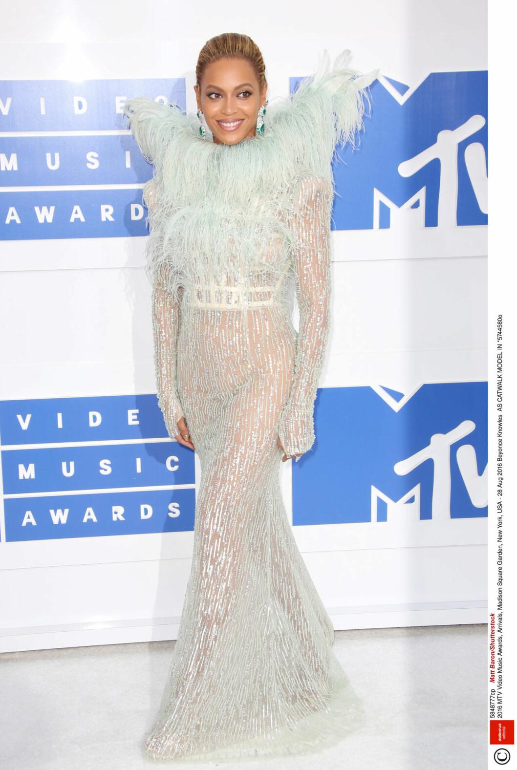 Beyonce i fjäderklänning på röda mattan
