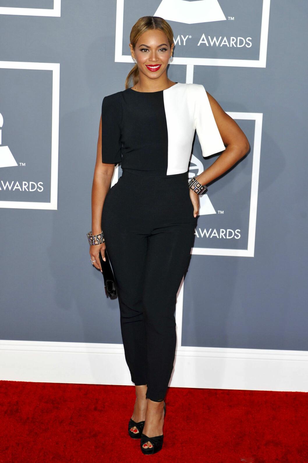 Beyonce i en svart och vit byxdress