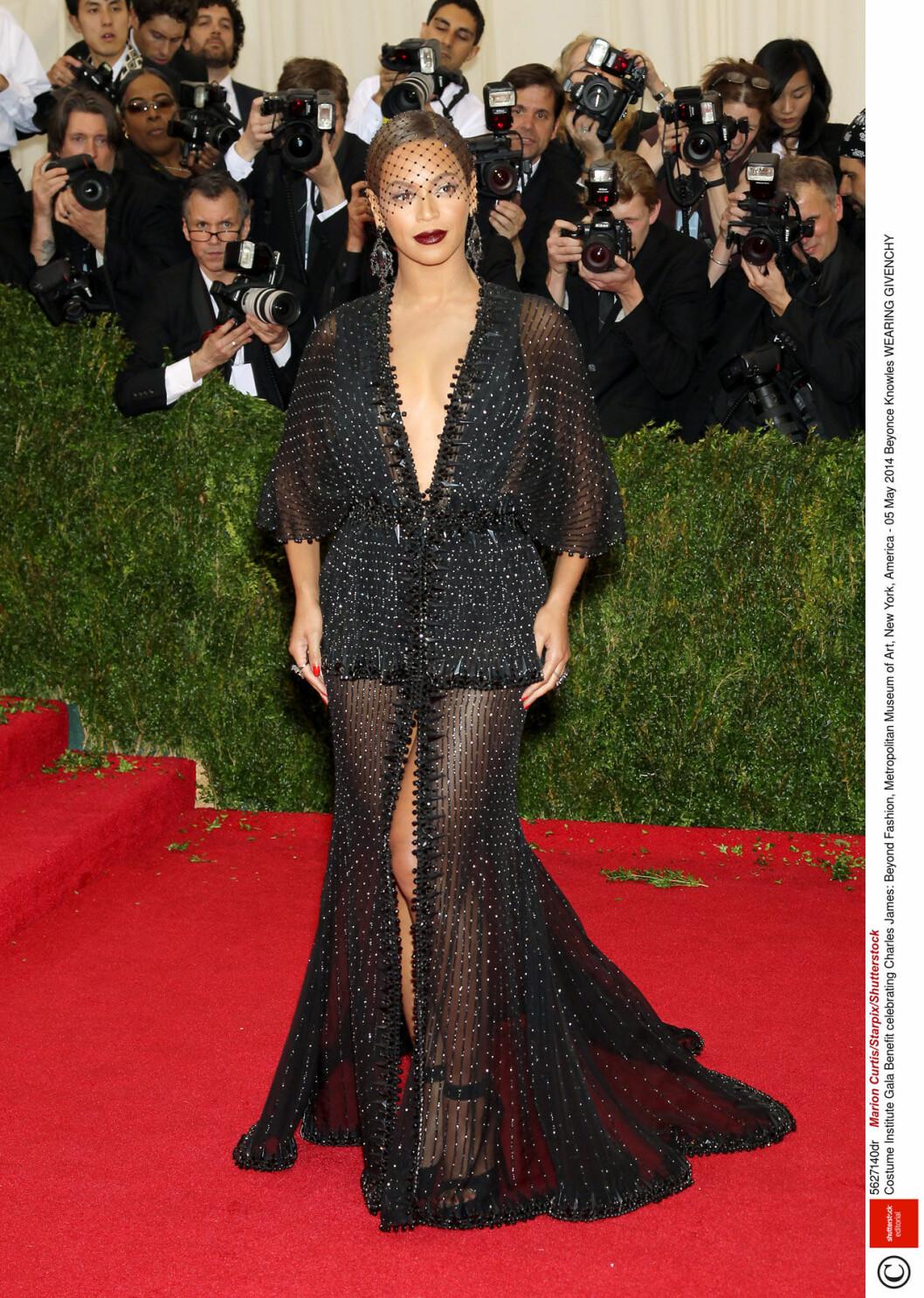 Beyonce i svart klänning med urringning