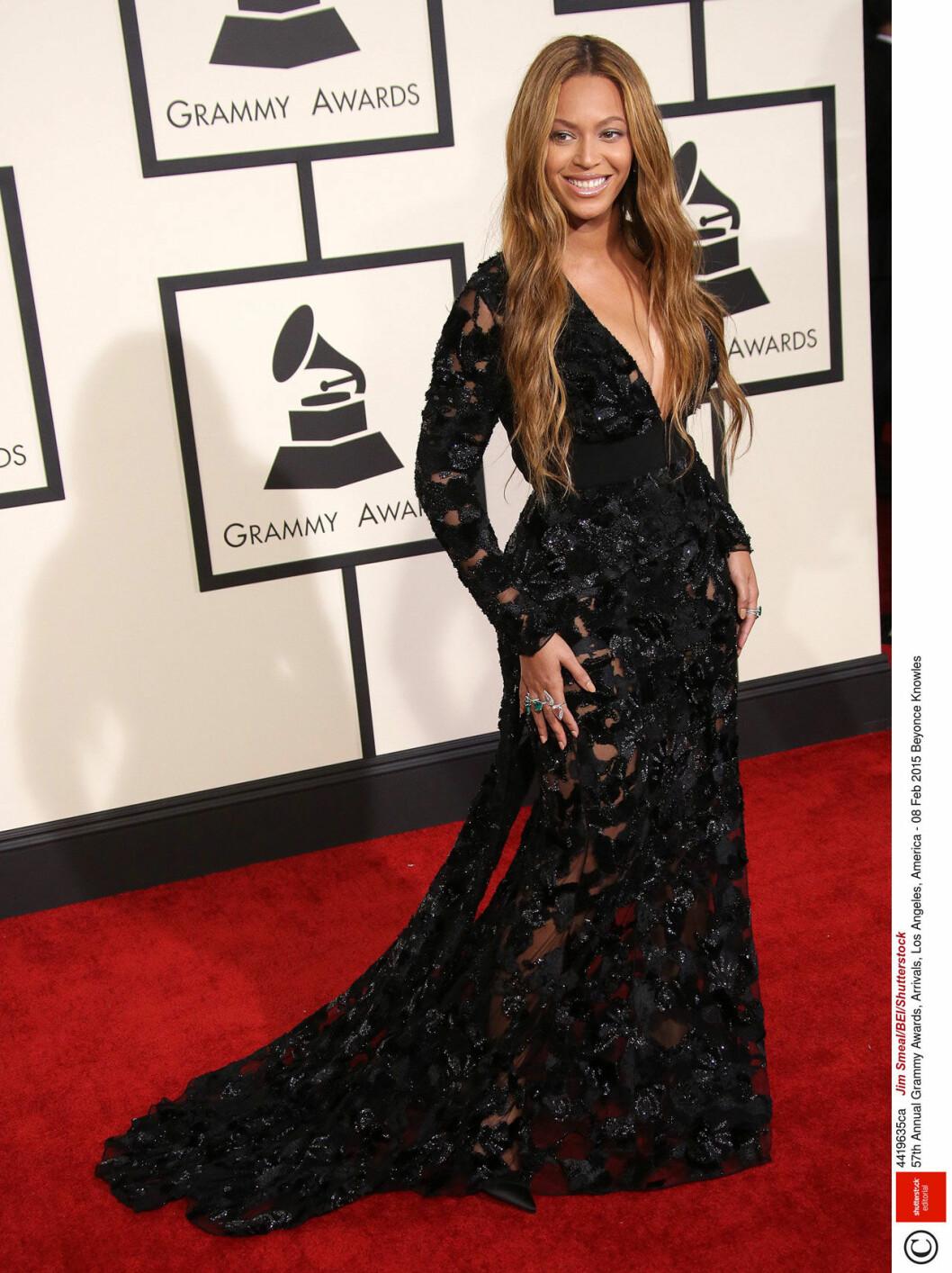 Beyonce i svart långklänning på röda mattan