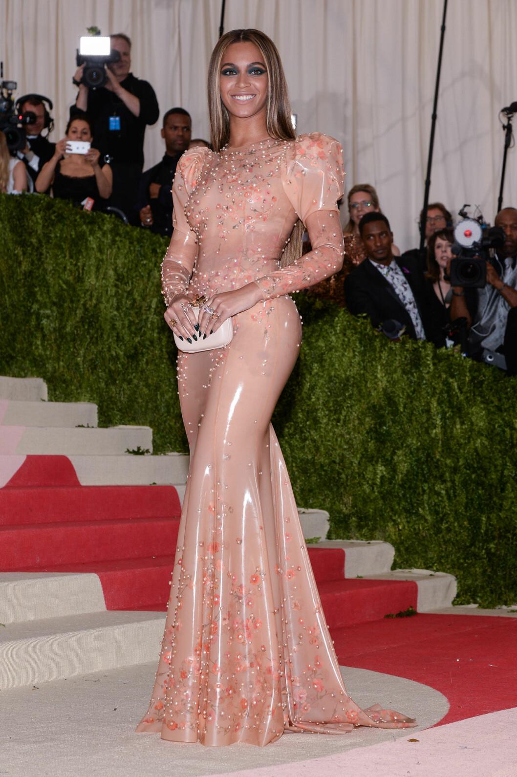Beyonce i ljusrosa långklänning med puffärm