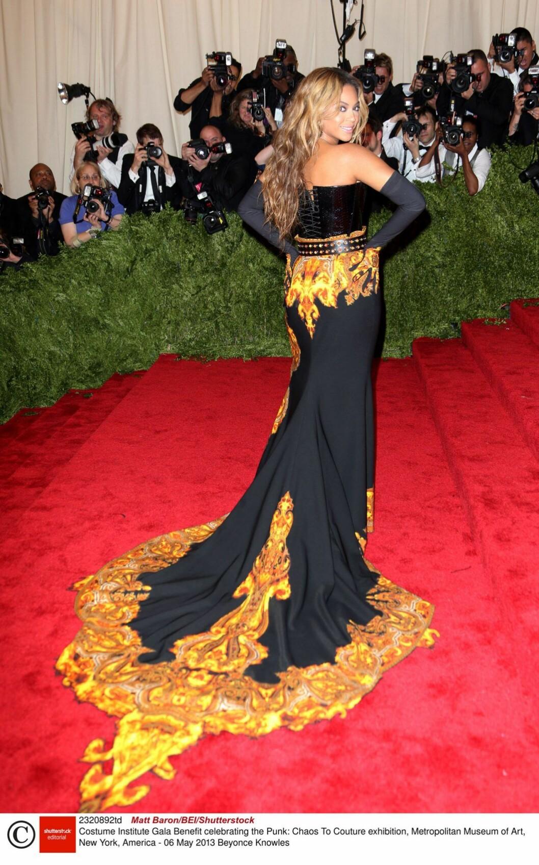 Beyonce i svart klänning med långt släp