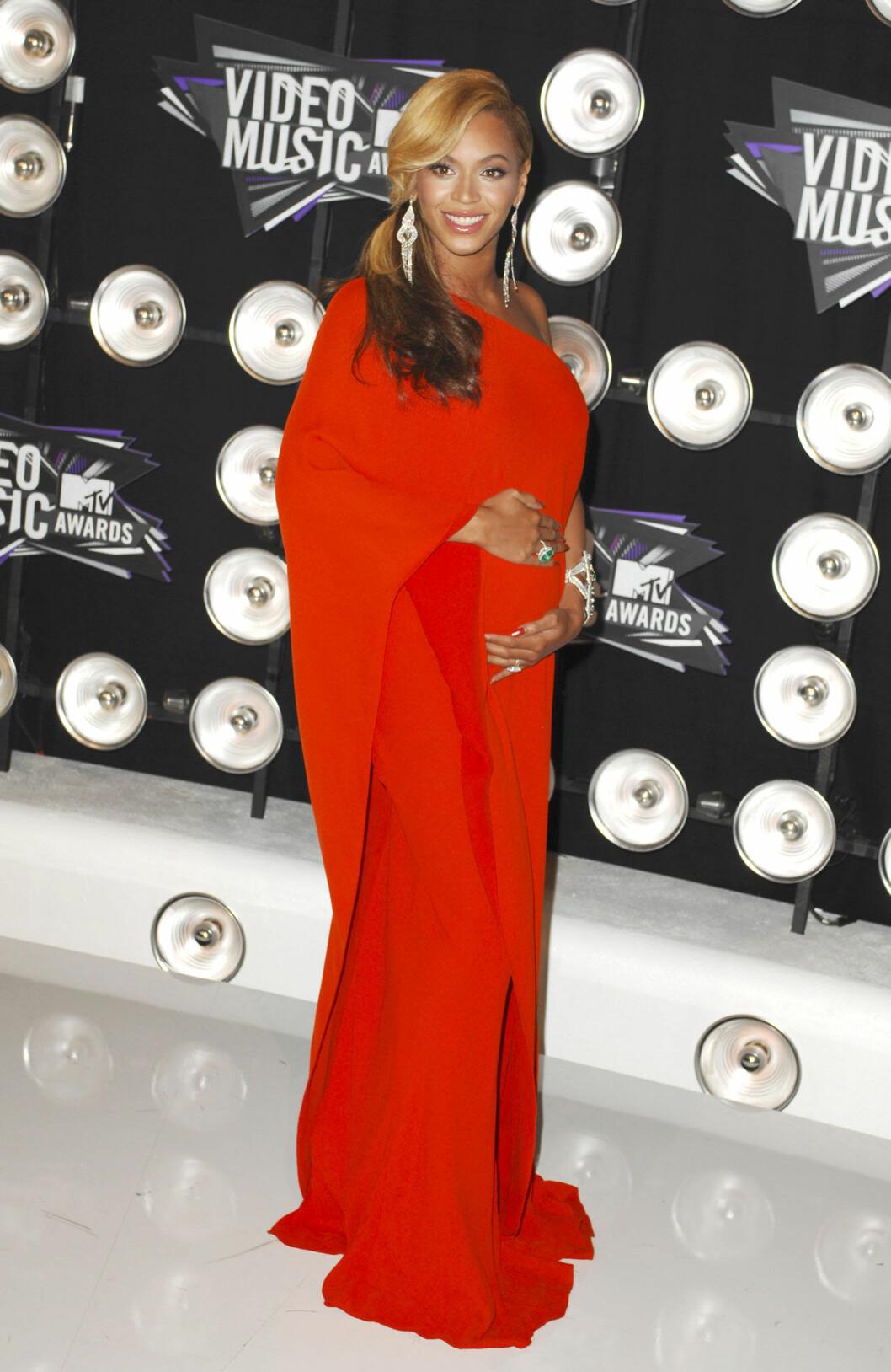 Beyonce i röd långklänning