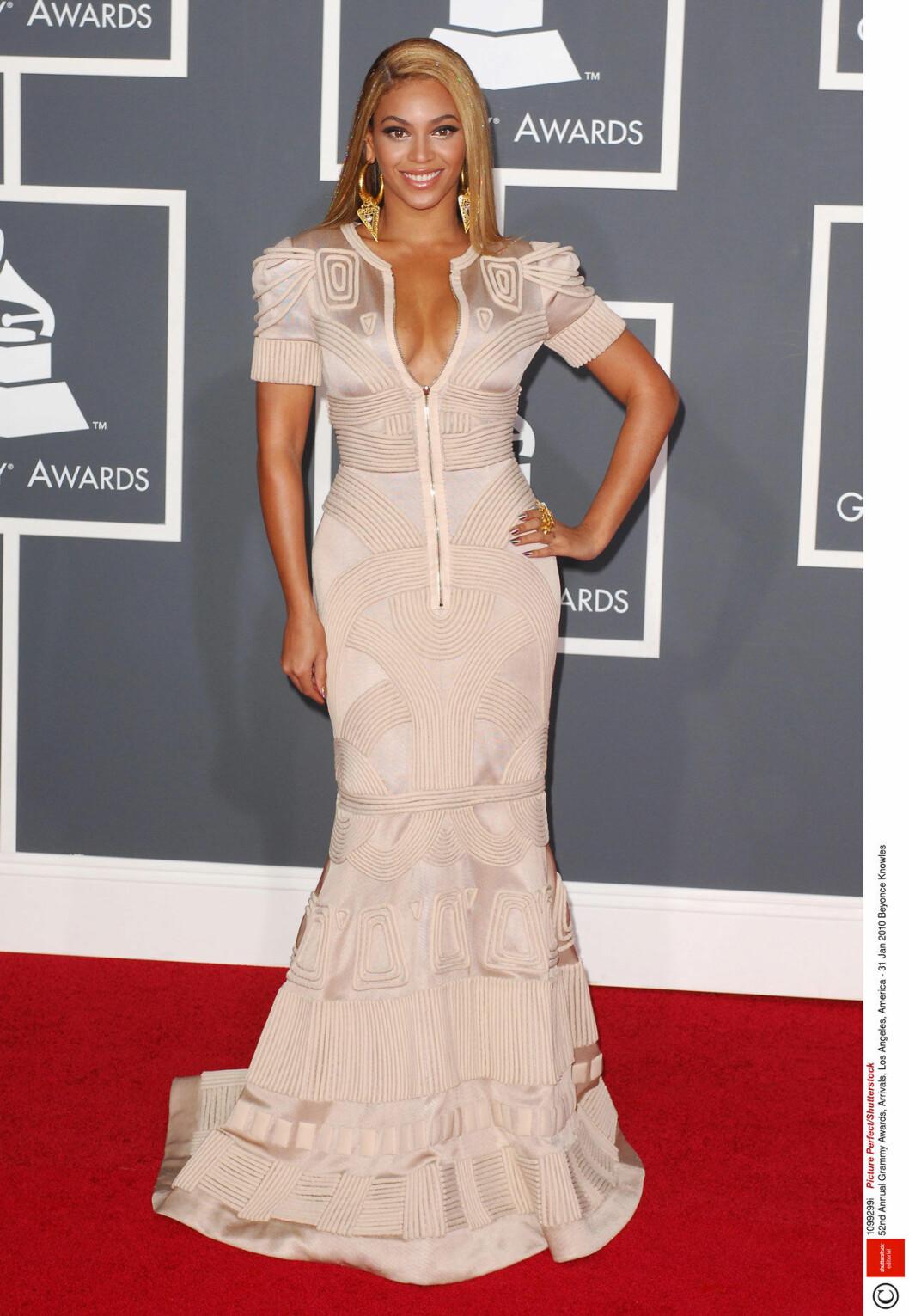 Beyone i vacker långklänning med mönster