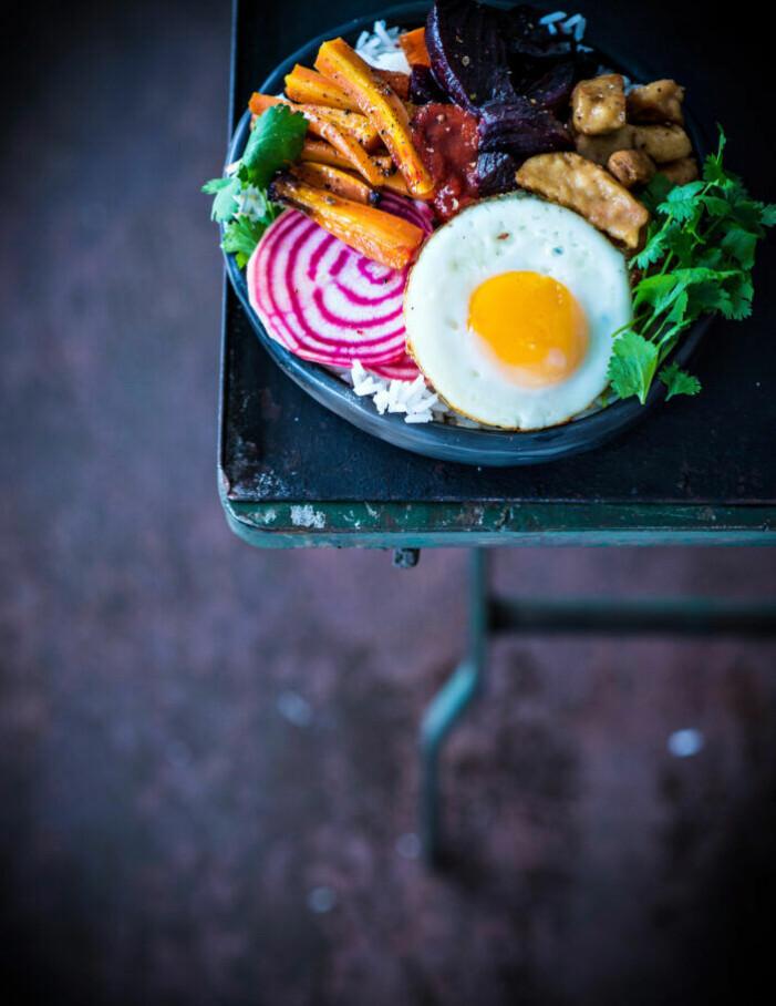 Recept på vegetarisk bibimbap med polkabetor och sriracha