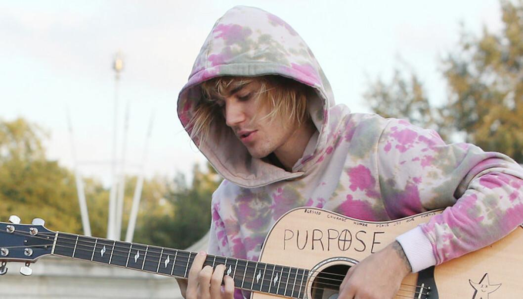 Justin Bieber sjunger för flickvännen Hailey Baldwin.