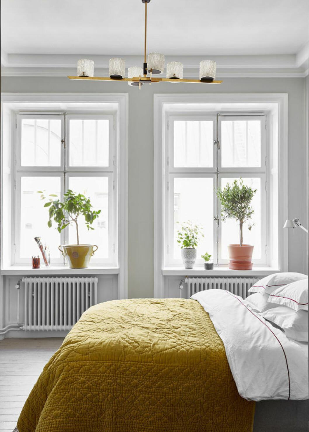 Sovrum med säng som har gult överkast