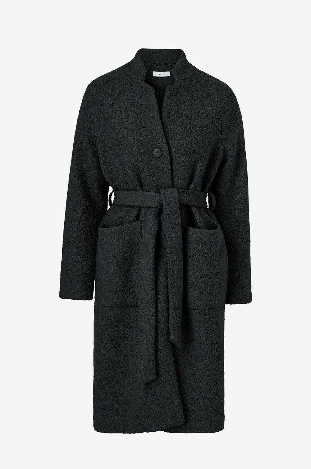 Klassisk kappa i svart med bältad midja från Ellos.
