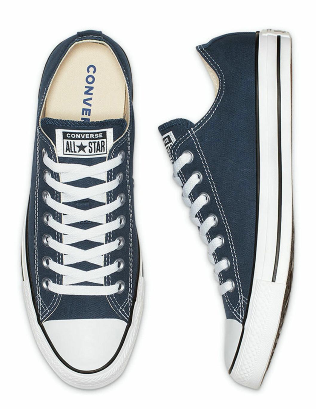 Låga sneakers i mörkblå från Converse.