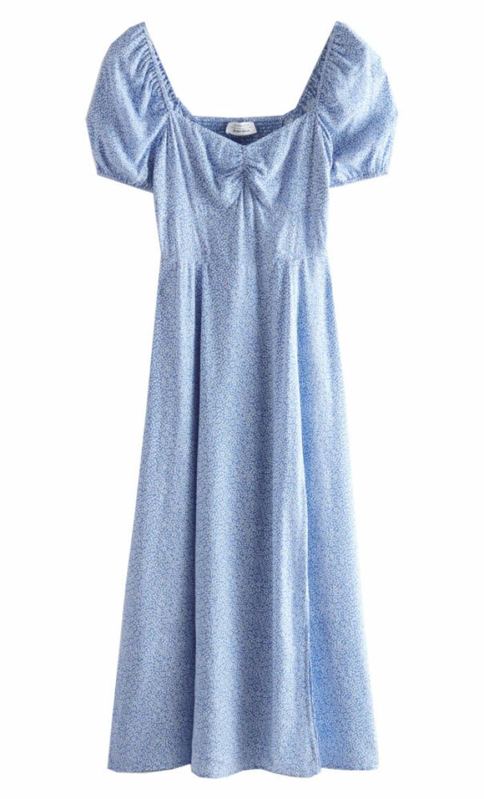 blå blommig klänning