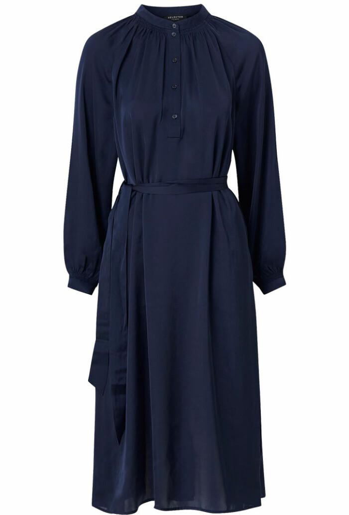 Mörkblå satinklänning med knappar och skärp från Selected Femme