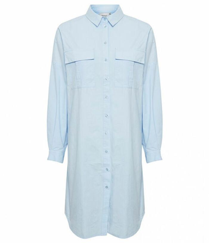 blå lång skjorta