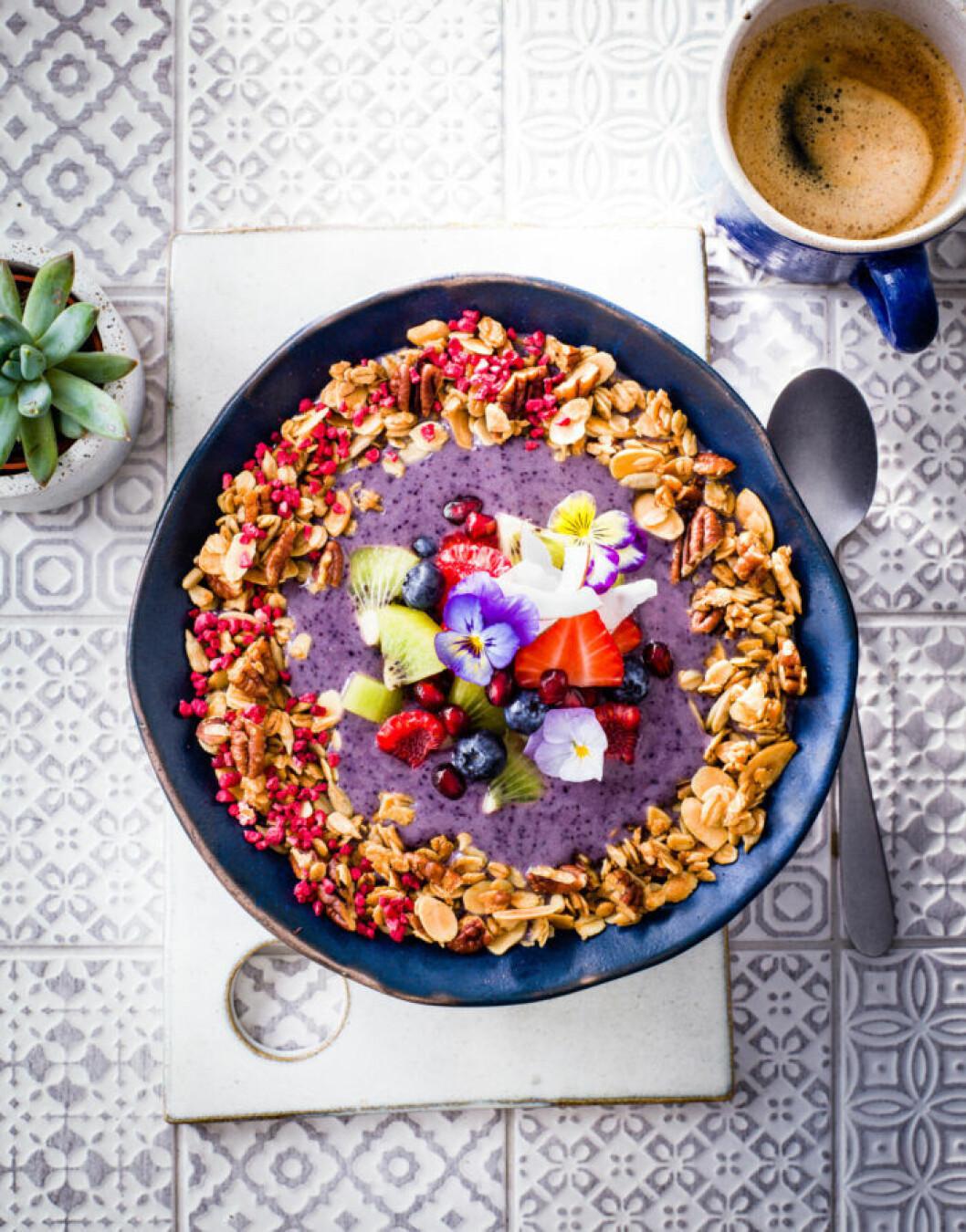 Recept på smoothiebowl med blåbär och granola