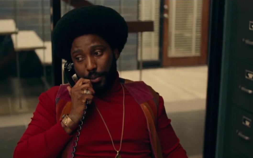Man pratar i telefon.
