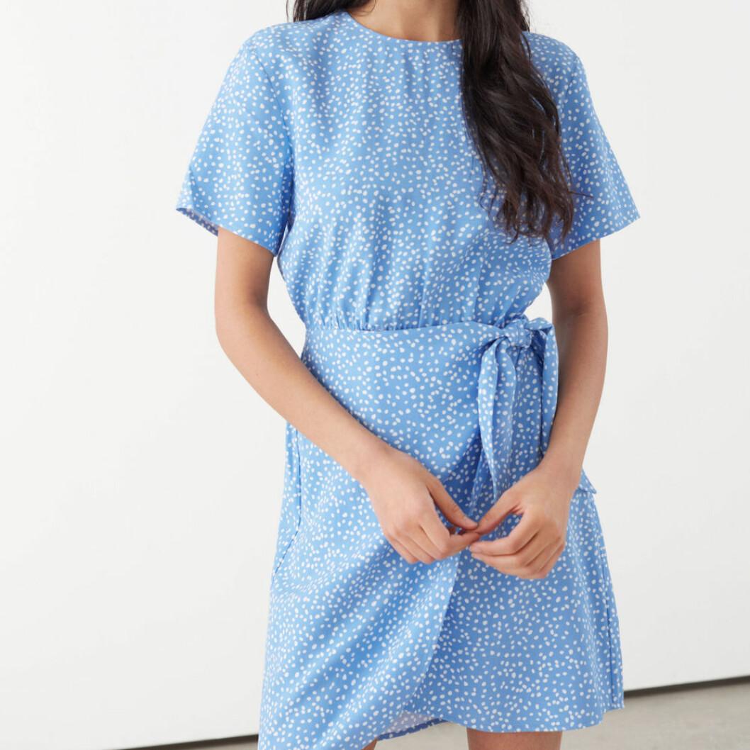 Blåvitprickig klänning från & Other Stories
