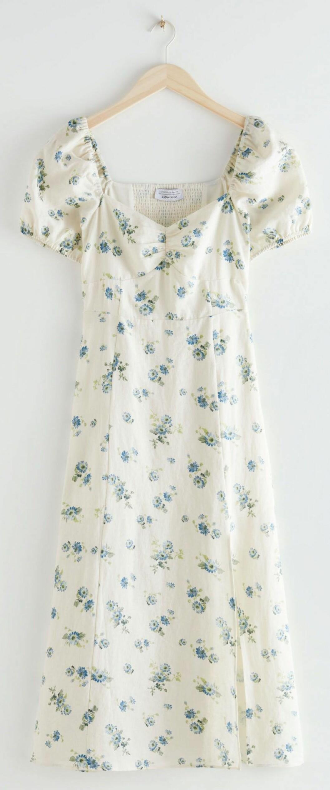 Vit linneklänning med blått blommönster och fina puffärmar från & other stories.