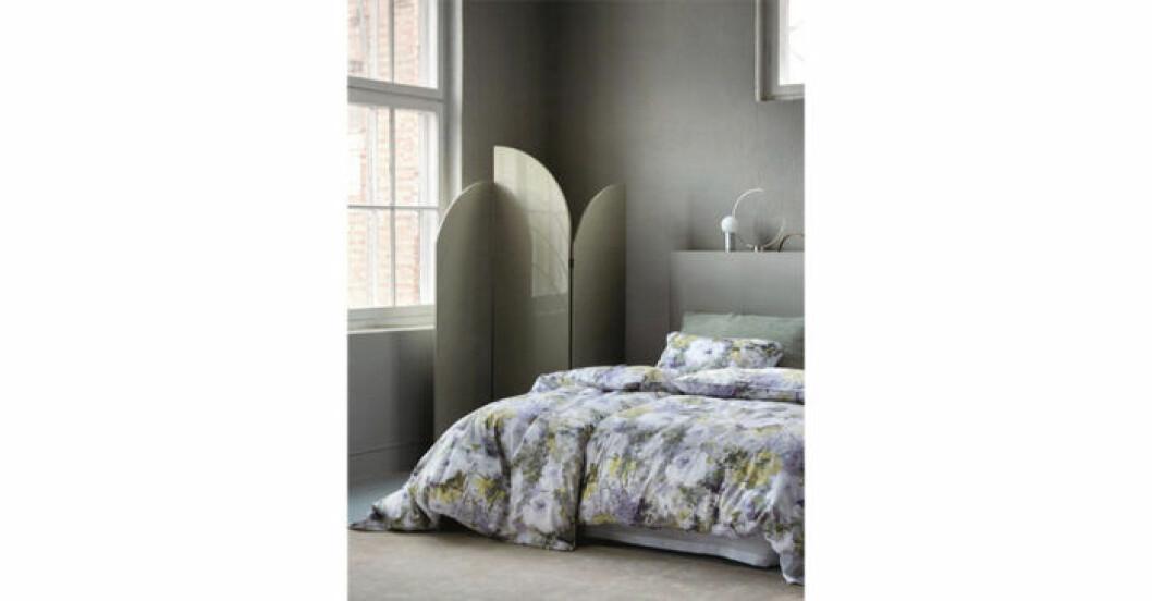 Sängkläder i satäng med blommor
