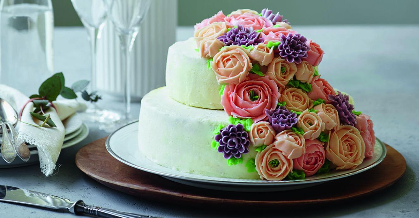 Blomstrande bröllopstårta
