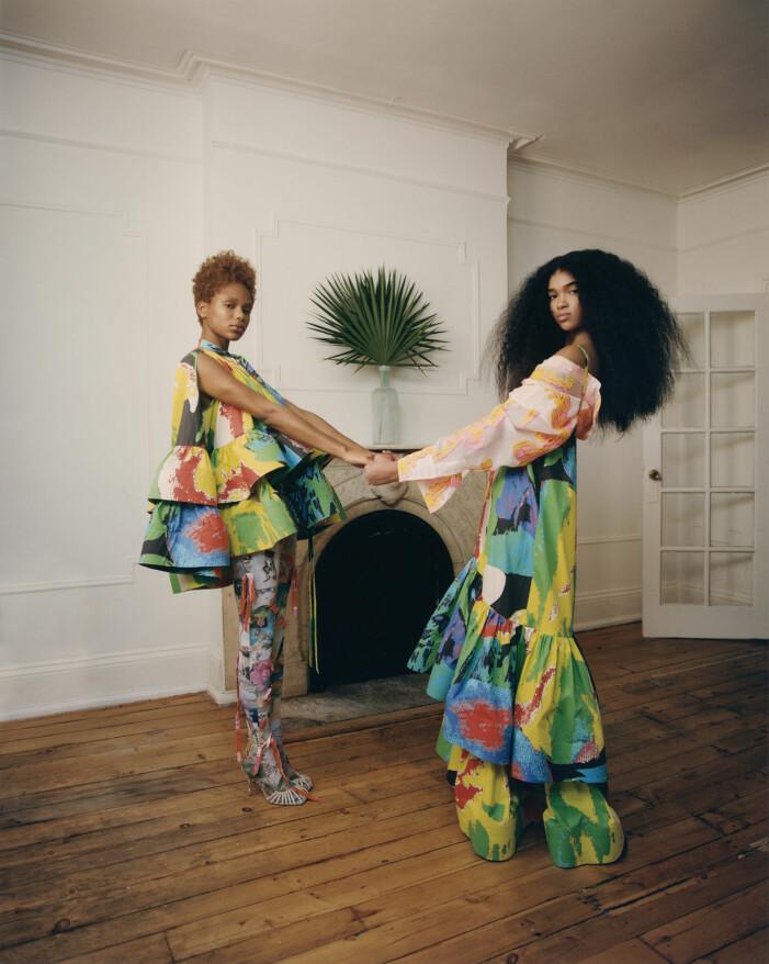 Na'Jeen har på sig en topp och Aun'Jel har på sig en klänning, båda från Christopher John Rogers