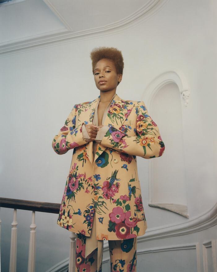 Na'Jeen har på sig kavaj, blus och byxor, allt från Gucci