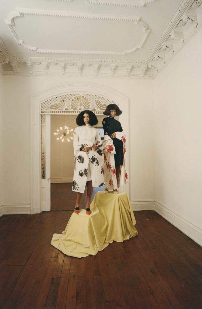 Aun'Jel och Na'Jeen bär båda klänningar från Prada