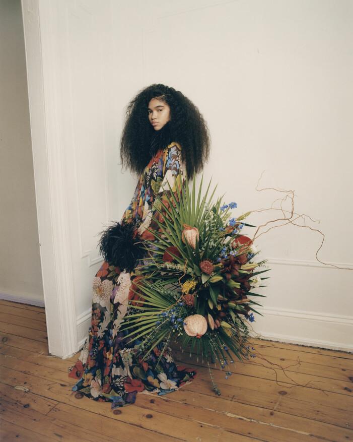 Aun'Jel har på sig en klänning från Saint Laurent by Anthony Vaccarello