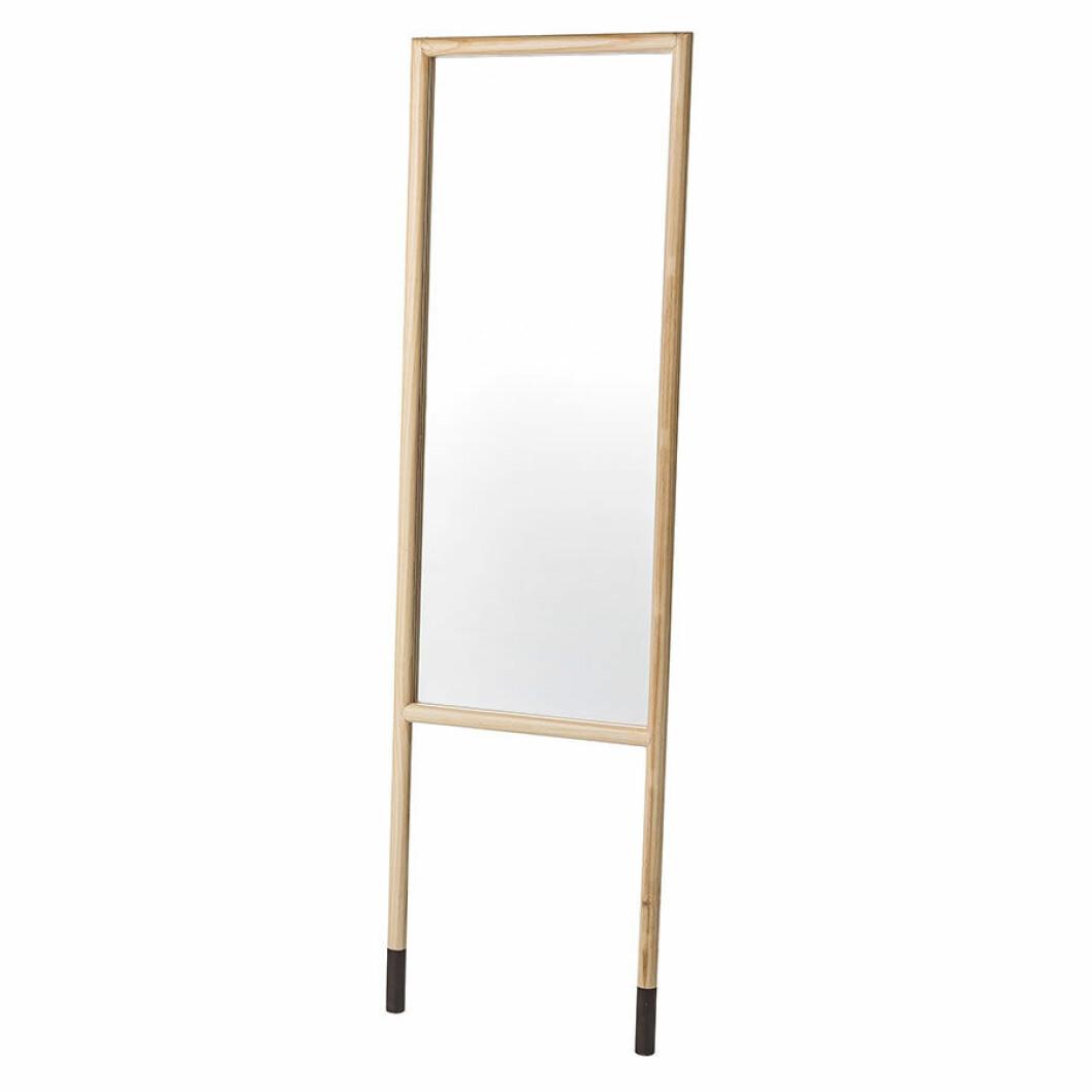 Spegel med en träram.