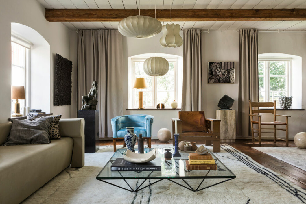 Hemma hos Fredrika Artndecp blå fåtölj i det stora vardagsrummet