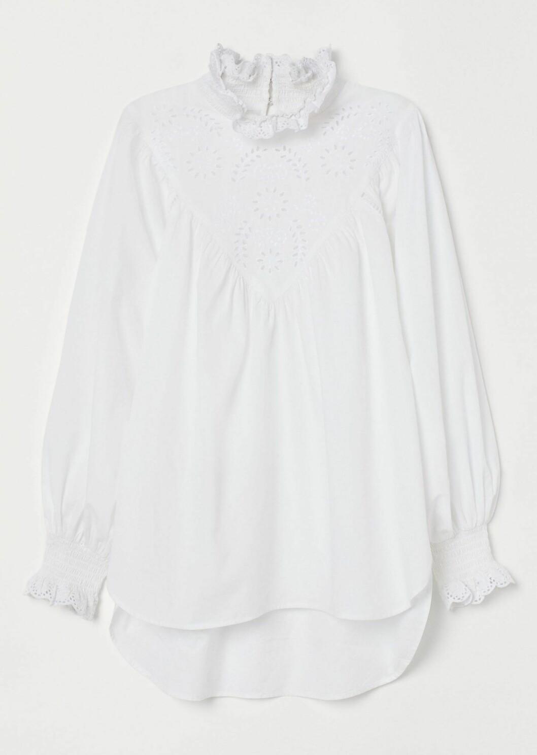 vit blus med broderi från H&M.