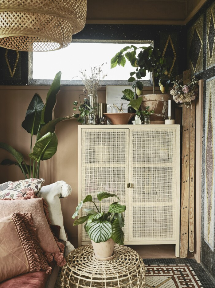 bohemisk inredning med mycket gröna växter