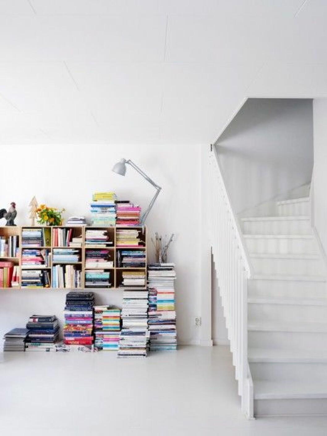 bokhylla-trappa-vitt-golv-inspiration-foto-anna-kern