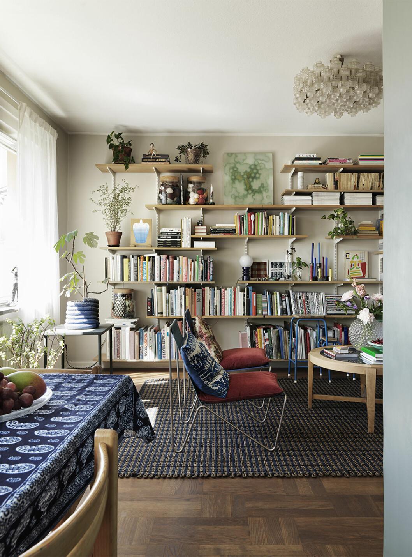 Ombonat och bohemiskt vardagsrum med bokhylla och färg