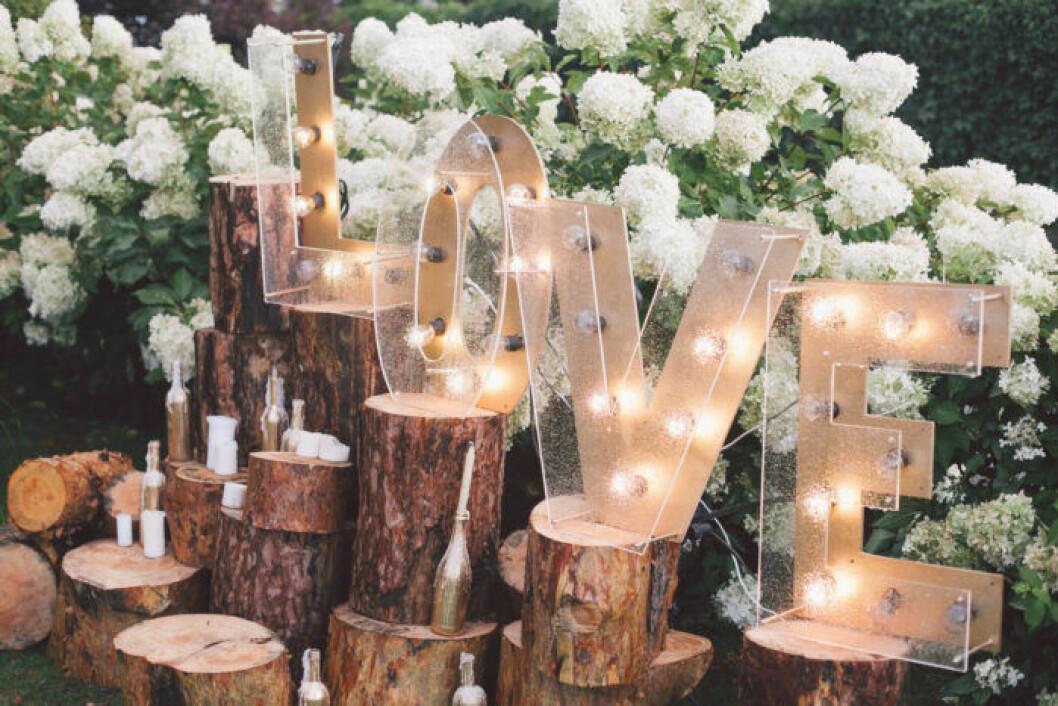 Bokstäver med lampor dekorera på bröllop