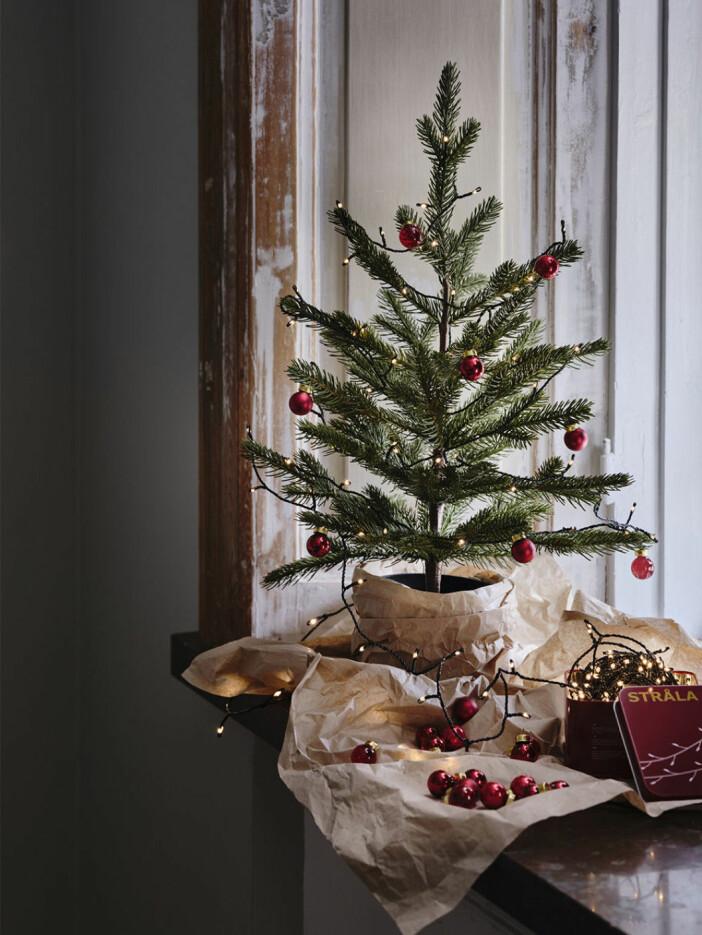 bordsgranen dekorerad med små julgranskulor
