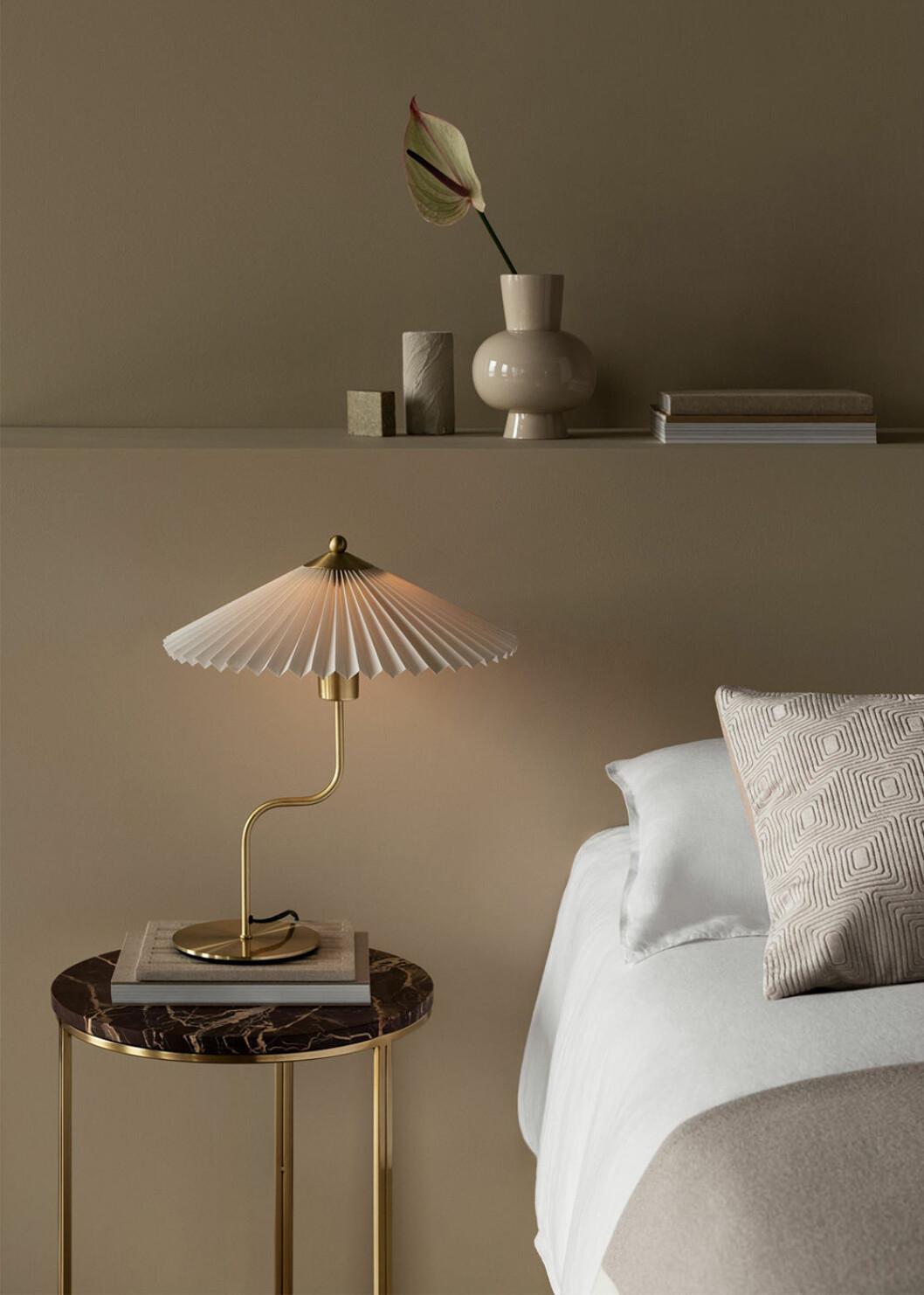 bordslampa med plisserad skärm från H&M Home