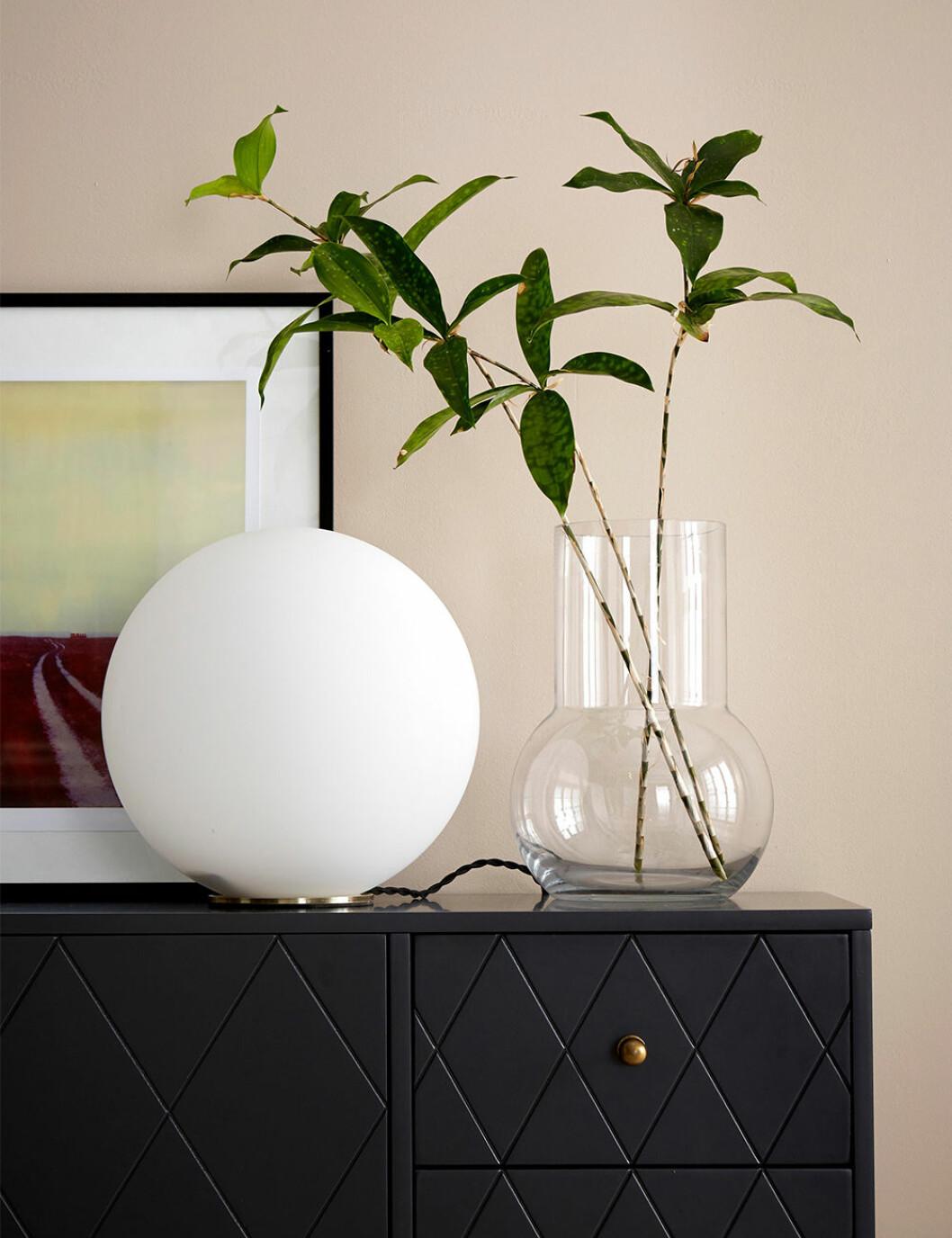 Rund bordslampa i opalglas från Ellos Home