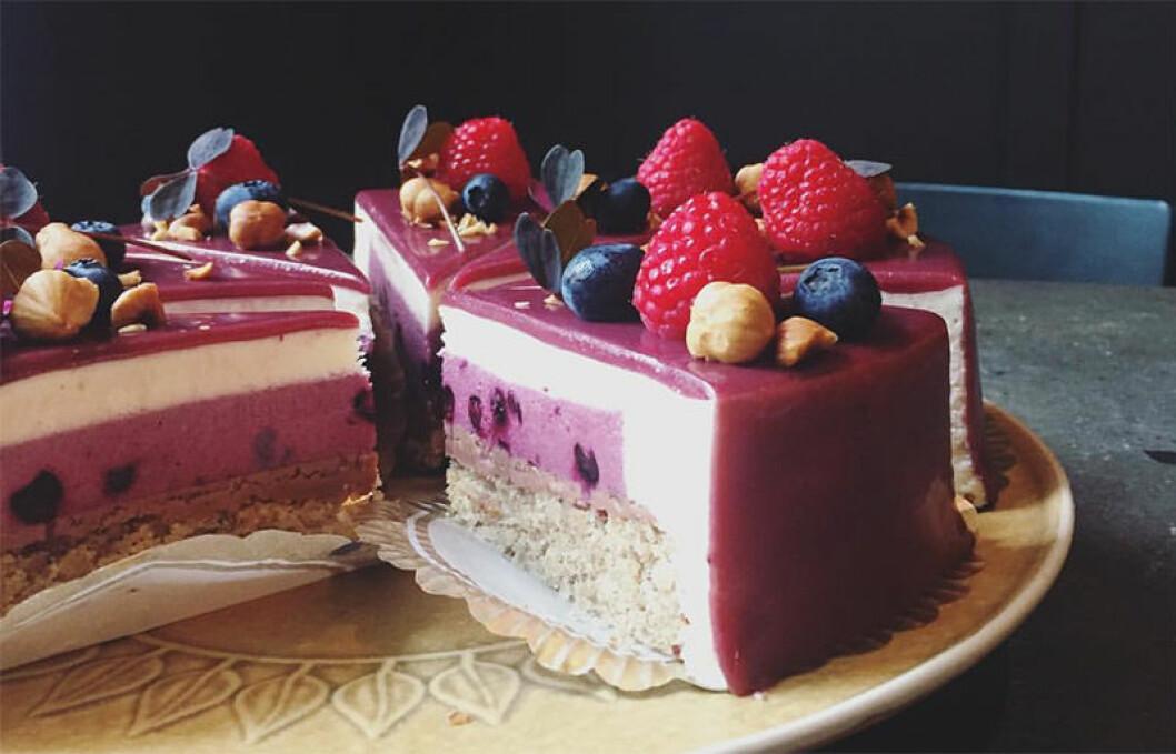Moussetårta med hallon och blåbär