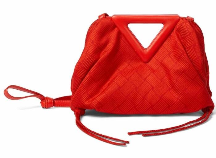 röd liten väska från Bottega Veneta.