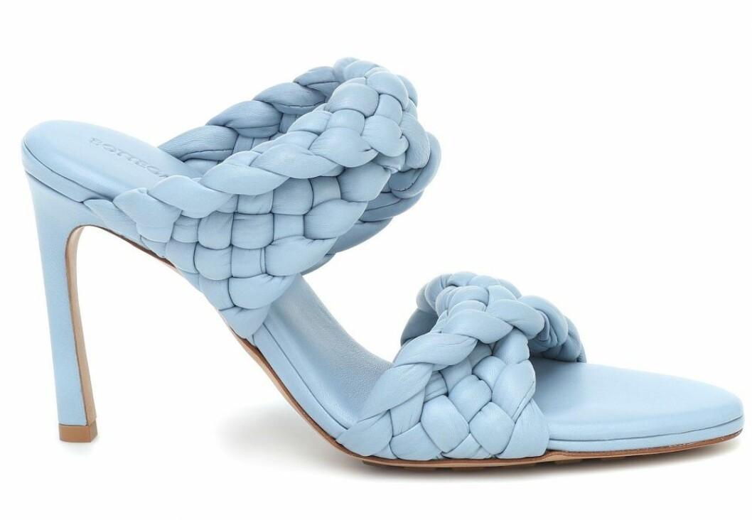 Signaturklack i blått! Klackskon Curve sandals från Bottega Veneta är allt och lite till.