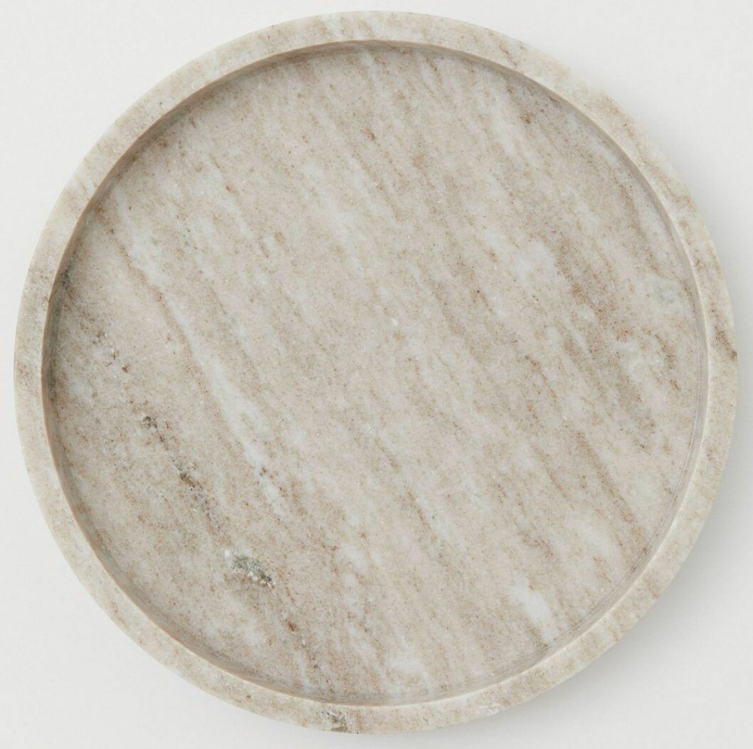 Cirkulär stenbricka från H&M Home med låg kant och spännande skiftningar.