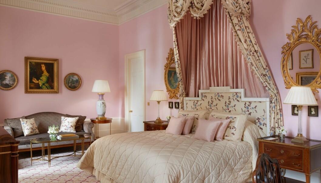 rosa hotellrum i gammal svit