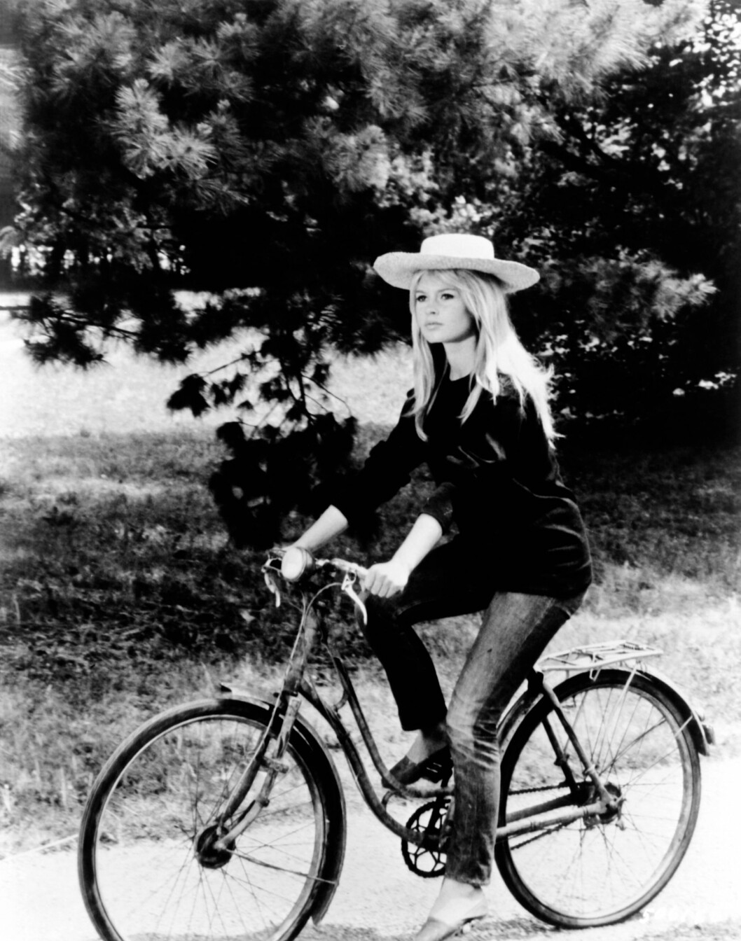 brigitte bardot på cykel i hatt.