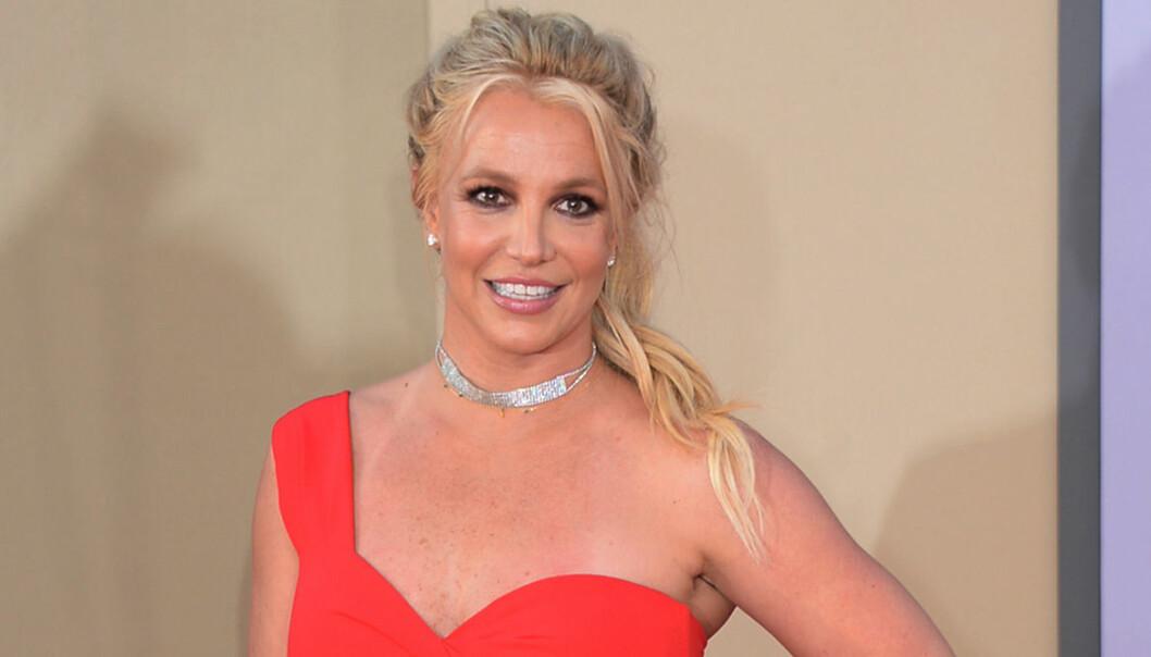 Britney Spears i hästsvans ler