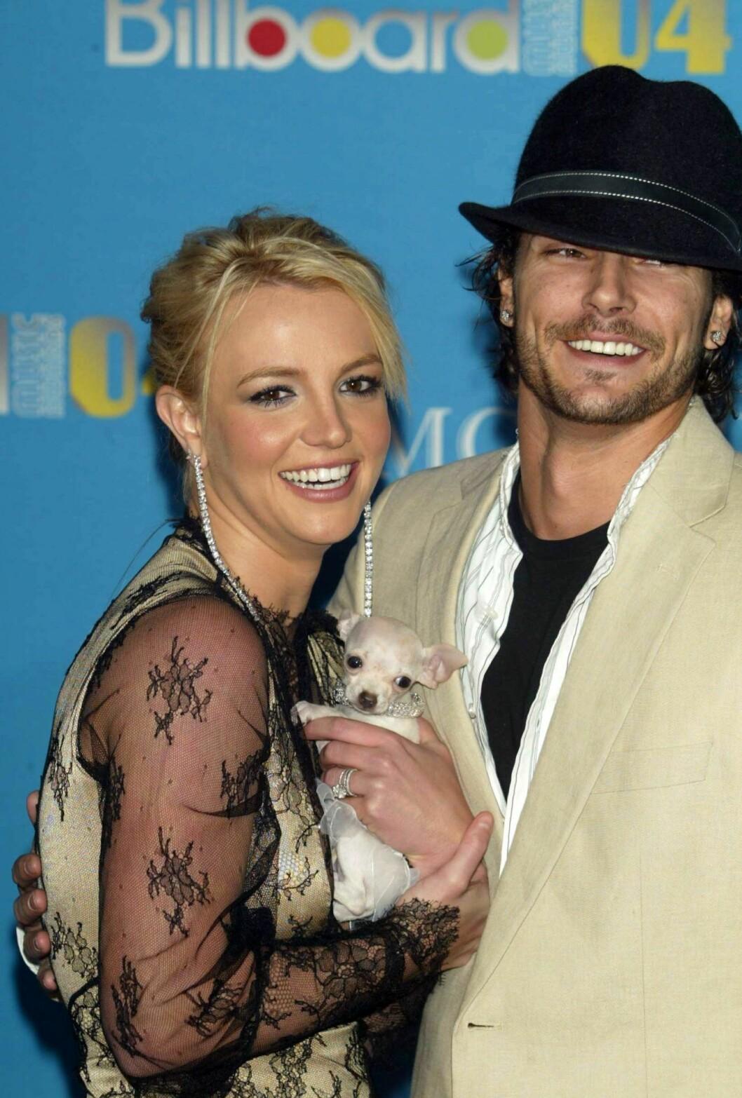Britney spears och Kevin federline står tätt ihop och skrattar