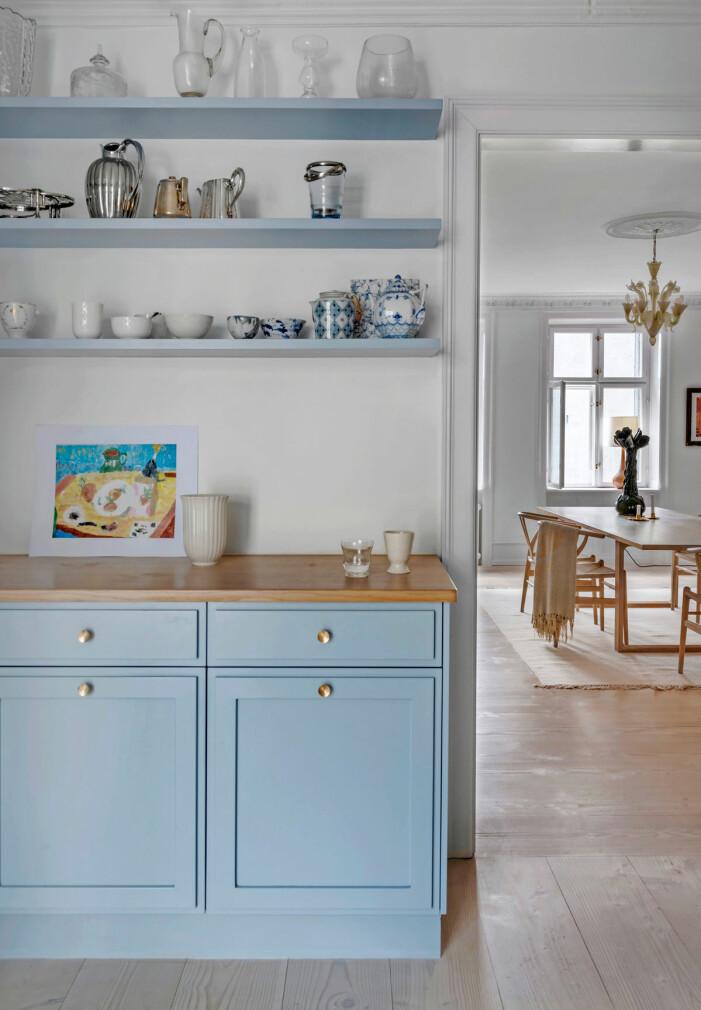 Hemma hos Britt Sisseck i Köpenhamn köket blåa luckor