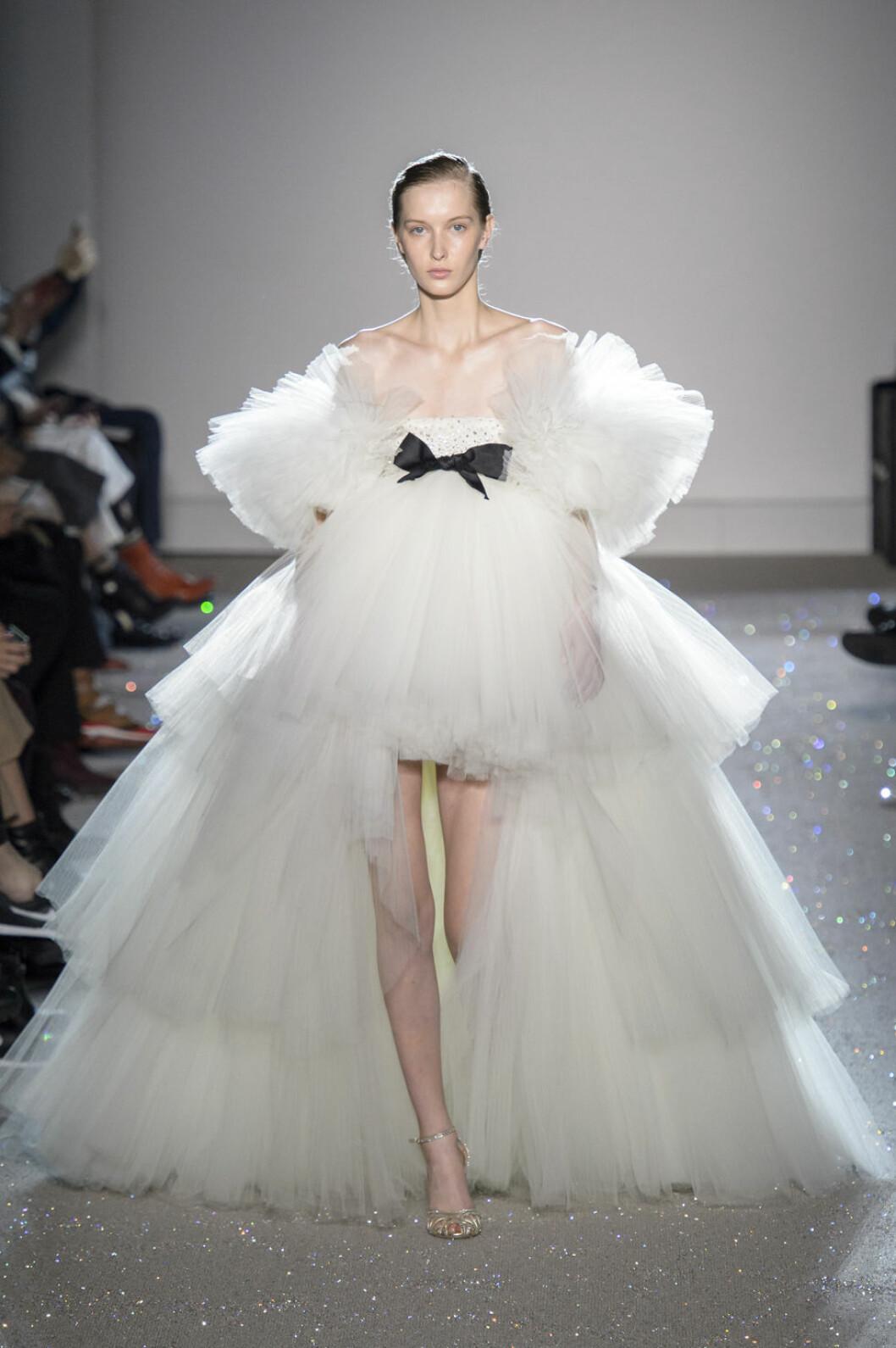 Giambattista Valli bröllopstrender kort klänning med ett längre släp